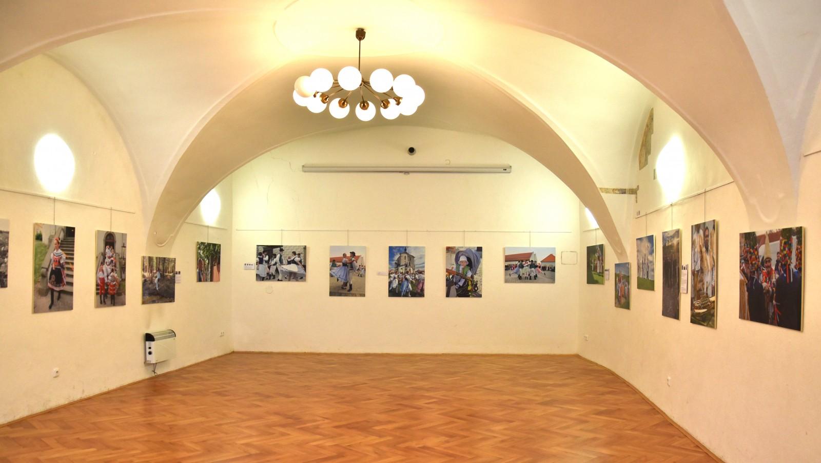 """Fotovýstava """"Výroční obyčeje česko-rakouského příhraničí"""" aktuálně ve Znojmě!"""
