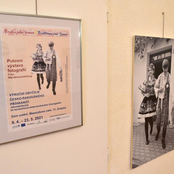 Instalace fotovýstavy v Domě umění ve Znojmě